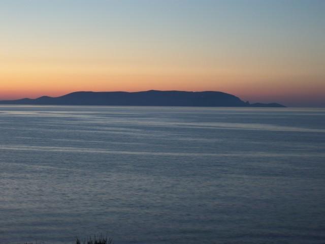 Необитаемый остров в лучах заката