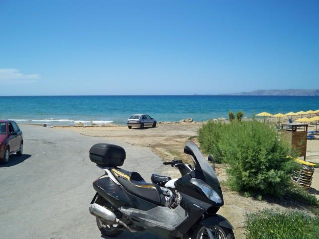 Пляж через дорогу по которой ездят редко и аккуратно
