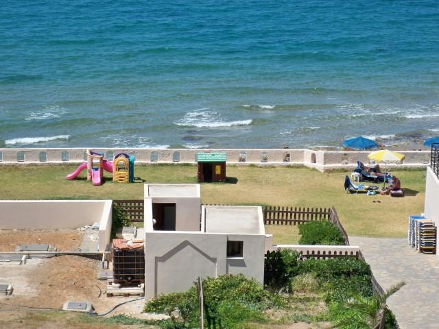 Скромная детская площадка отеля Themis Beach