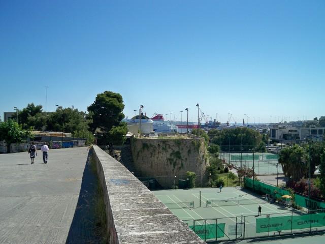 Справа - теннисные корты, вдали - порт