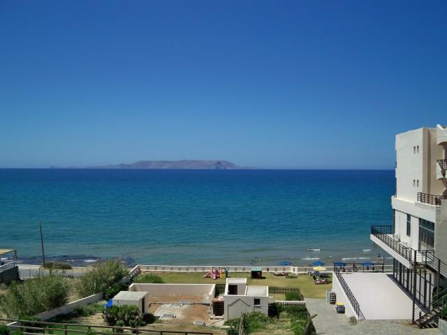 Вид из окна на море и остров