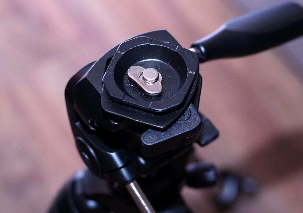 Удобный винт съемной площадке штатива SLIK 300 DX